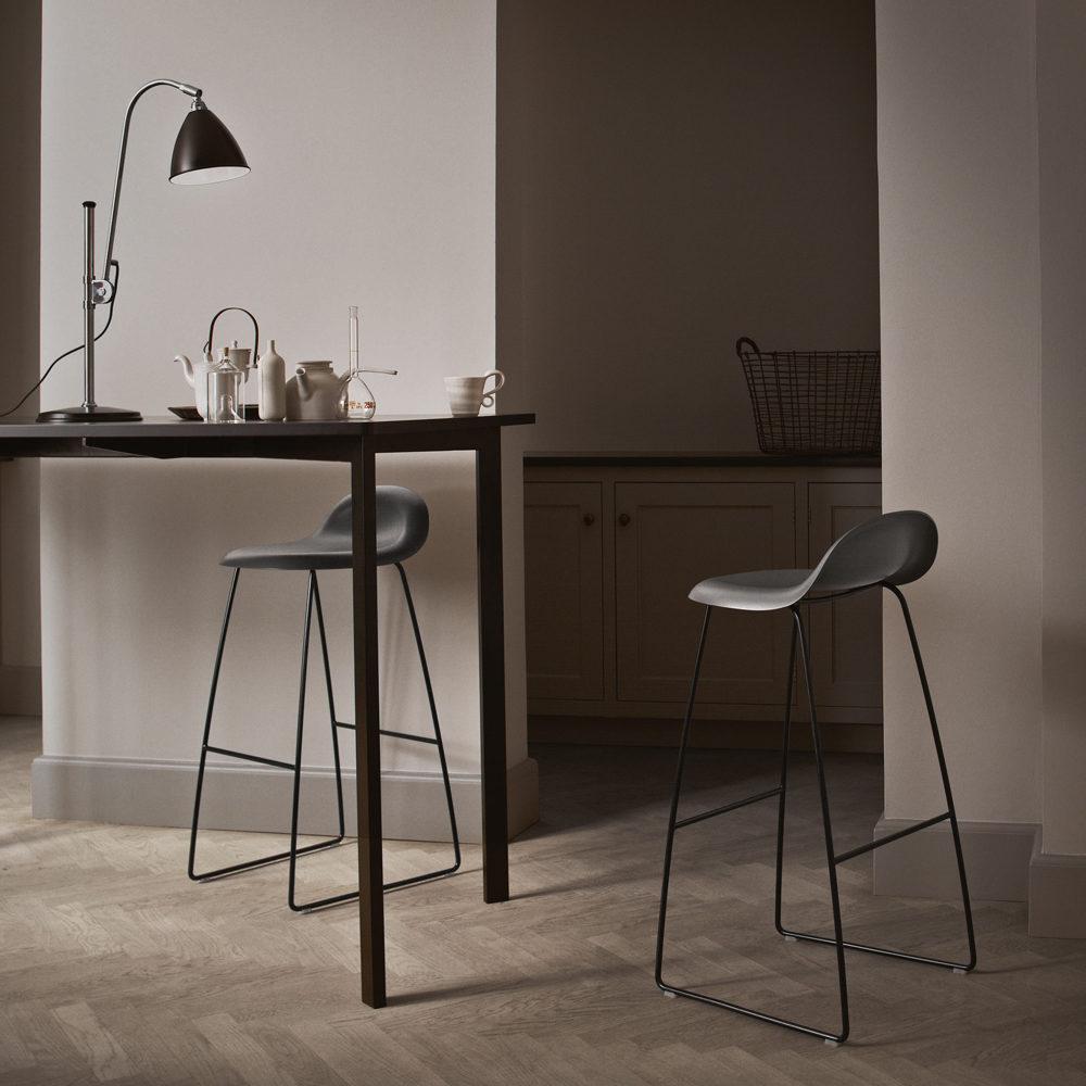 Gubi 3D barstol hög soft white, svarta stålmedar
